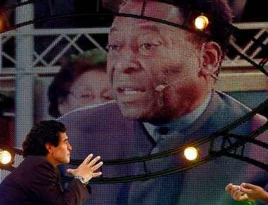 "Пеле гостит на телевизионном шоу Марадоны. Фото REUTERS Фото ""СЭ"""