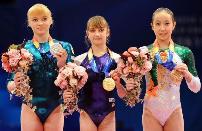 Суббота. Токио. Виктория КОМОВА (в центре) с золотой медалью чемпионата мира Фото AFP