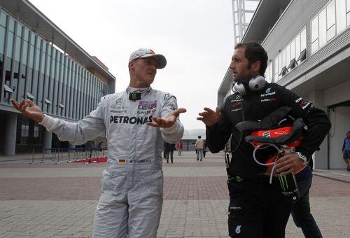 Вчера. Йонам. Михаэль ШУМАХЕР (слева) обсуждает свой сход с гонки, причиной которого стало столкновение с россиянином Виталием Петровым. Фото REUTERS