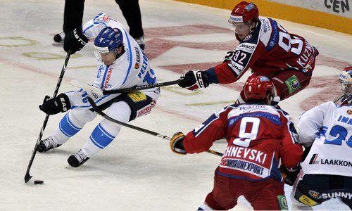 Четверг. Хельсинки. Россия - Финляндия - 2:1 Б. Вилле ПЕЛТОНЕН (слева) пытается уйти из-под опеки Евгения КУЗНЕЦОВА. Фото AFP