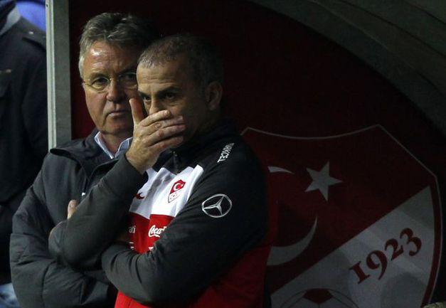 Подопечные Гуса ХИДДИНКА (слева) в пятницу были разгромлены хорватами в Стамбуле. Фото REUTERS