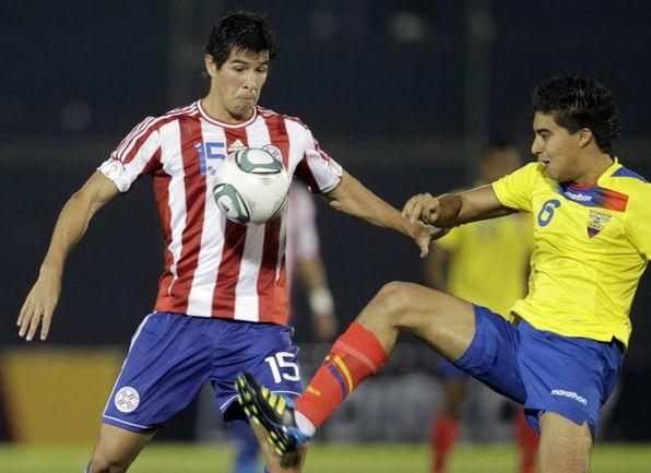 Пятница. Асунсьон. Парагвай - Эквадор - 2:1. Кристиан НОБОА (справа) в борьбе за мяч с Виктором КАСЕРЕСОМ. Фото REUTERS