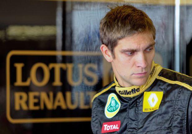 11 ноября. Абу-Даби. На данный момент позиции Виталия ПЕТРОВА в команде Lotus-Renault, которая на будущий год сократит свое название, выглядят достаточно прочными. Тем не менее сумеет ли сохранить россиянин в следующем сезоне свое нынешнее место, до конца. Фото AFP