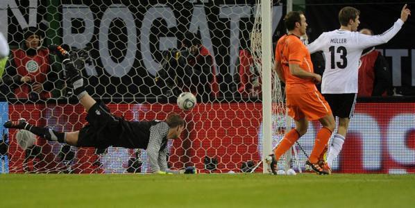 Вторник. Гамбург. Германия - Голландия - 3:0. Гол Томаса МЮЛЛЕРА. Фото REUTERS
