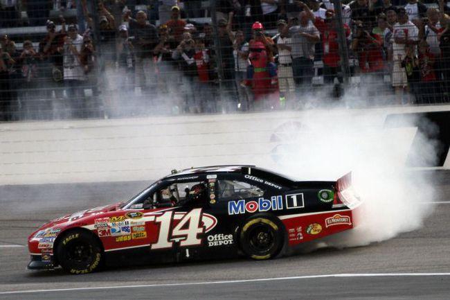 """Тони Стюарт на своей Chevrolet Impala празднует последнюю из своих побед - на трассе в Форт-Уорт (Техас). Фото NASCAR. Фото """"СЭ"""""""