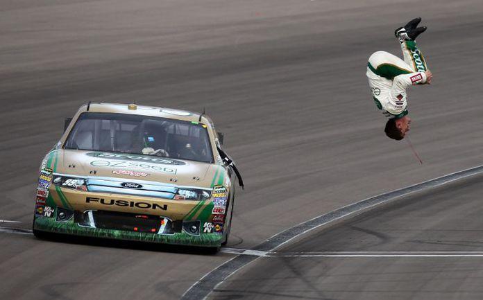 """Победы Карл Эдвардс отмечает, исполняя сальто назад. Что он сделает после победы в чемпионате? Фото NASCAR. Фото """"СЭ"""""""