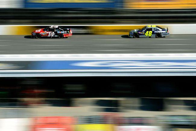 """Стюарт (№ 14) или Эдвардс победой в сезоне-2011 прервут уникальную серию Джимми Джонсона (№ 48) из пяти титулов подряд. Фото NASCAR. Фото """"СЭ"""""""