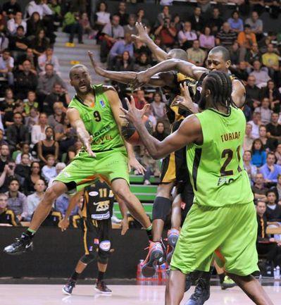 """В этом сезоне звезды НБА едут в Европу не только в клубы Евролиги. Например, французы Тони ПАРКЕР (слева) и Ронни ТЮРИАФ (№ 21) защищают цвета родного """"Виллербанна"""", выступающего в Кубке Европы. Фото AFP"""