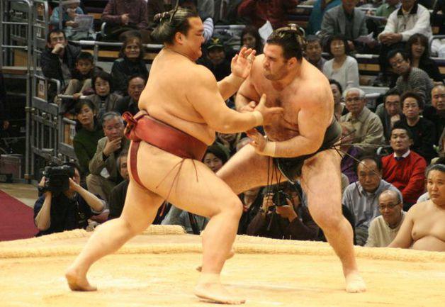"""Алан ГАБАРАЕВ (справа) готовится провести прием против сэкивакэ КИСЭНОСАТО из Японии. Фото Дениса ИСАЕВА. Фото """"СЭ"""""""