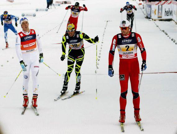 Александр ЛЕГКОВ (слева) закончил эстафетную гонку пятым. Фото AFP