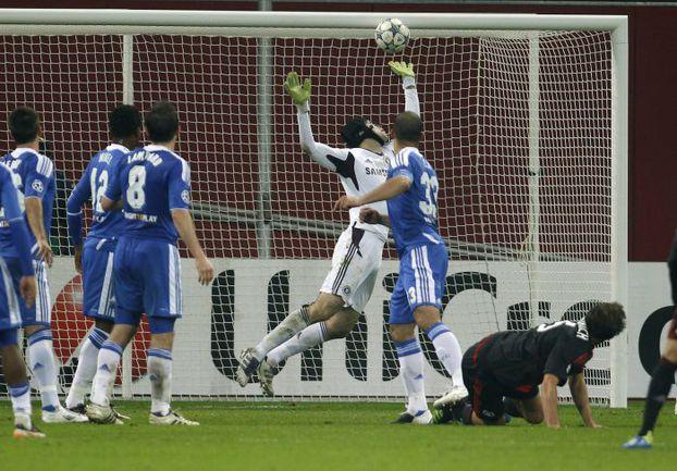 """Среда. Леверкузен. """"Байер"""" - """"Челси"""" - 2:1. Мануэль ФРИДРИХ (справа) забивает победный гол в ворота англичан. Фото Reuters"""