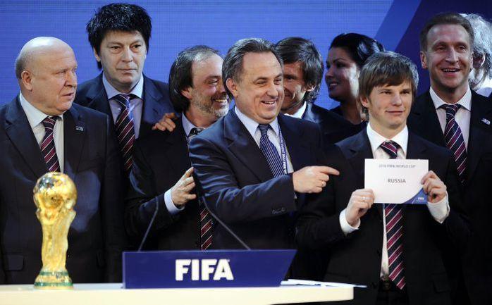 2 декабря 2010 года. Цюрих. Капитан сборной России Андрей АРШАВИН демонстрирует миру выбор ФИФА. Фото AFP