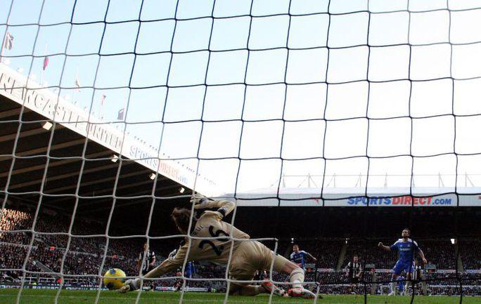 """Суббота. Ньюкасл. """"Ньюкасл"""" - """"Челси"""" - 0:3. Тим КРУЛ отражает удар Фрэнка ЛЭМПАРДА с пенальти. Фото AFP"""