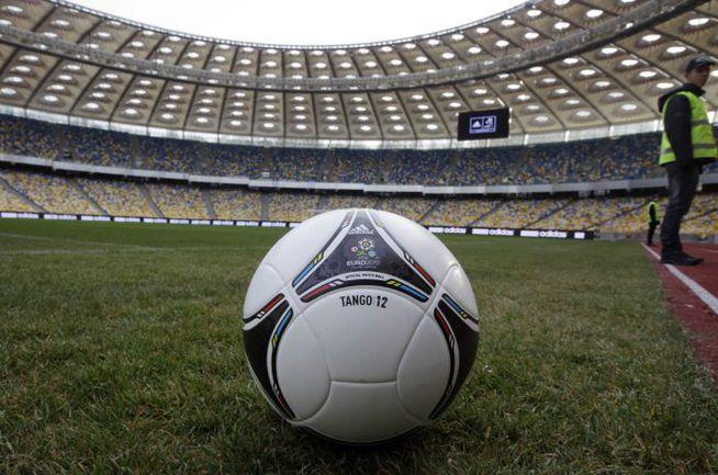 """Официальный мяч чемпионата Европы """"Танго 12"""". Фото AFP"""
