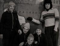 """1972 год. Игроки красноярского """"Автомобилиста"""" Олег РОМАНЦЕВ (справа) и Александр ТАРХАНОВ (в центре) после одной из тренировок. Фото из архива Александра Тарханова."""