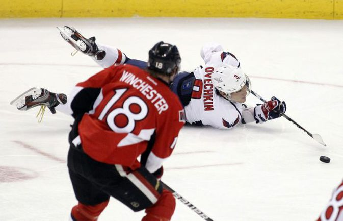 """Вчера. Оттава. """"Оттава"""" – """"Вашингтон"""" - 3:5. Александр ОВЕЧКИН угрожал воротам """"Сенаторов"""" даже лежа на льду. Фото REUTERS"""