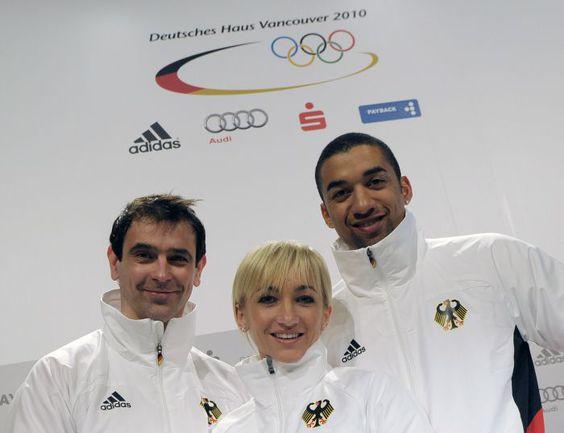 Инго ШТОЙЕР (слева), Алена САВЧЕНКО и Робин ШОЛКОВЫ на Олимпийских играх в Ванкувере. Фото AFP
