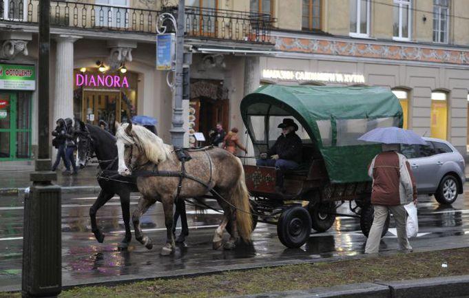 """Как и во многих туристических городах, во Львове конный экипаж никого не удивляет. Фото """"СЭ"""""""