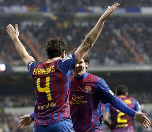 """Суббота. Мадрид. """"Реал"""" - """"Барселона"""" - 1:3. Сеск ФАБРЕГАС и Лионель МЕССИ празднуют забитый гол. Фото REUTERS"""