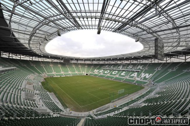 """Вроцлавский стадион - самая высокая арена Euro-2012. Удивительно, но стадион не имеет внешних стен. А его верхние ярусы оборудованы специальными ящичками с кнопкой SOS. Фото """"СЭ"""""""