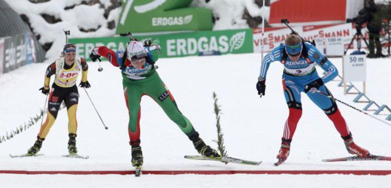 Суббота. Хохфильцен. Дарья ДОМРАЧЕВА опережает на финише гонки преследования Магдалену НОЙНЕР (слева) и Ольгу ЗАЙЦЕВУ. Фото REUTERS
