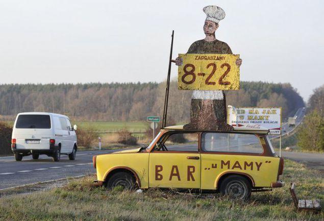 """Древний """"Трабант"""" продолжает верно служить своим хозяевам: теперь он приглашает посетить бар """"У мамы"""". Фото Александра ФЕДОРОВА, """"СЭ"""". Фото """"СЭ"""""""