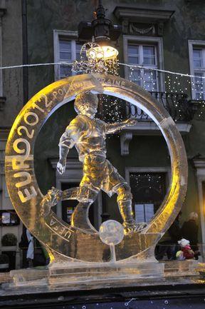 """Одна из ледяных скульптур международного фестиваля в честь Euro-2012. Фото """"СЭ"""""""