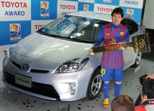 """Вчера. Йокогама. Лионель МЕССИ получает символический ключ от """"Тойоты"""" как лучший игрок турнира. Фото AFP"""