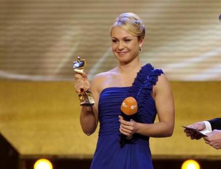 Воскресенье. Баден-Баден. Магдалена НОЙНЕР с призом лучшей спортсменке Германии 2011 года. Фото AFP