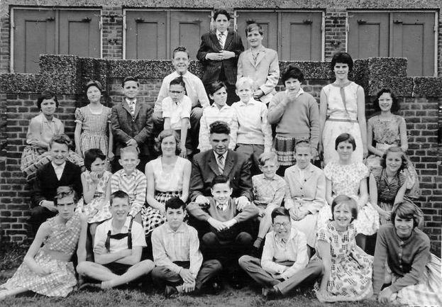"""Конец 50-х. Интересно, думал ли маленький мальчик по имени Дик (справа в верхнем ряду), запечатленный на этом школьном фото со своими одноклассниками, что когда-нибудь станет известным футбольным тренером и возглавит сборную самой большой страны мира? Фото. Фото """"СЭ"""""""