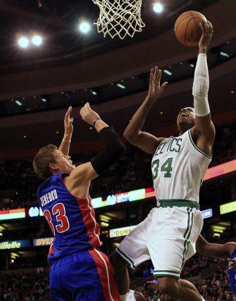 """Пятница. Бостон. """"Бостон"""" - """"Детройт"""" - 96:85. Форвард """"Селтикс"""" Пол ПИРС (справа) атакует кольцо соперника. Фото REUTERS"""