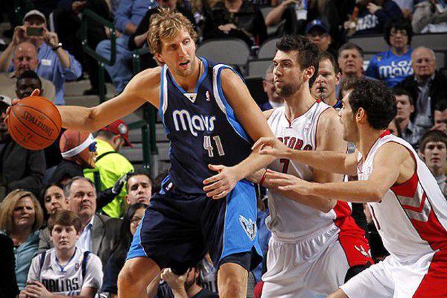 "Форвард ""Далласа"" Дирк НОВИЦКИ (слева) на старте нынешнего сезона результативностью не блещет. Фото НБА. Фото ""СЭ"""