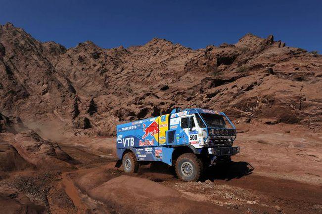 """Помощь на """"Дакаре"""" может потребоваться даже экипажу самого большого и мощного грузовика. Фото """"СЭ"""""""