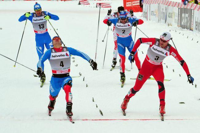 Среда. Тоблах. Николай МОРИЛОВ (слева) в финишном створе выигрывает у Петтера НОРТУГА спринтерскую гонку. Фото REUTERS