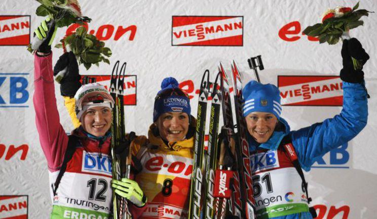 Пятница. Оберхоф. Победительница женского спринта Магдалена НОЙНЕР (в центре), Дарья ДОМРАЧЕВА (слева) и Ольга ЗАЙЦЕВА. Фото REUTERS