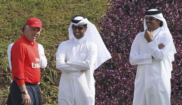 """Новый главный тренер """"ПСЖ"""" Карло АНЧЕЛОТТИ (слева) вместе с наследным принцем Катара шейхом Тамимом БИН ХАМАДОМ (справа) и президентом клуба Насером Аль-Хелаифи (в центре). Фото REUTERS"""