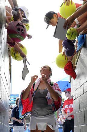 Вчера. Мельбурн. Болельщики приветствуют Веру ЗВОНАРЕВУ. Фото AFP