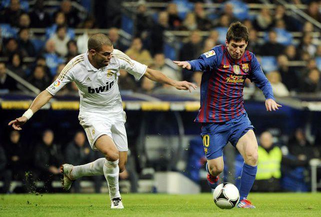 """Среда. Мадрид. """"Реал"""" - """"Барселона"""" - 1:2. ПЕПЕ против Лионеля МЕССИ. Фото AFP"""