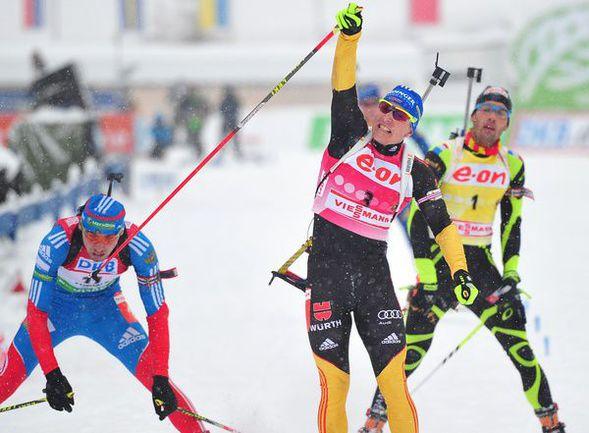 Суббота. Антерсельва. Антон ШИПУЛИН (слева) уступает на финише Андреасу БИРНБАХЕРУ, но опережает Мартена ФУРКАДА. Фото AFP