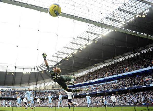 """Воскресенье. Манчестер. """"Манчестер Сити"""" - """"Тоттенхэм"""" - 3:2. Четвертый, и самый красивый, гол за 10-минутку в начале второго тайма - удар в исполнении Гарета БЭЙЛА. Фото REUTERS"""