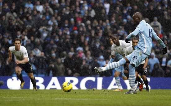 """Воскресенье. Манчестер. """"Манчестер Сити"""" - """"Тоттенхэм"""" - 3:2. Марио БАЛОТЕЛЛИ реализует 11-метровый удар, который он сам минутой ранее заработал. Фото REUTERS"""