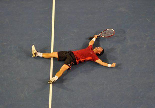 Суббота. Мельбурн. Только что Ллейтон Хьюитт победил Милоша Раонича и вышел в 1/8 финала Australian Open. Фото AFP
