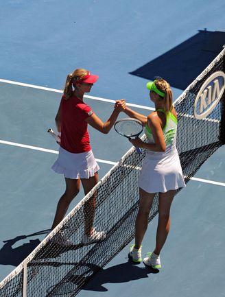 Сегодня. Мельбурн. Мария ШАРАПОВА (справа) и Екатерина МАКАРОВА после матча 1/4 финала. Фото AFP