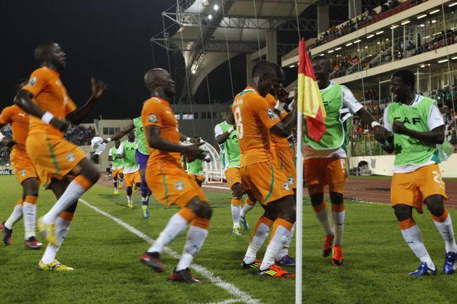 Четверг. Малабо. Кот-д'Ивуар - Буркина-Фасо - 2:0. Радость ивуарийцев первому голу. Фото REUTERS