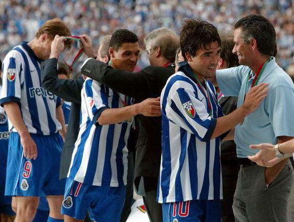 15 июня 2003 года. Оэйраш. Эдгарас ЯНКАУСКАС (№9) вместе с ДЕКУ и ДЕРЛЕЕМ получает поздравления от Жозе МОУРИНЬЮ (справа) после победы в Кубке Португалии. Фото REUTERS