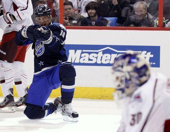 """Воскресенье. Оттава. Матч звезд НХЛ. Команда Альфредссона - Команда Хары - 9:12. Мариан ГАБОРИК """"стреляет"""" в Хенрика ЛУНДКВИСТА. Фото """"СЭ"""""""