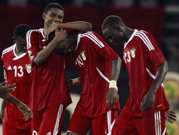 """Понедельник. Бата. Судан - Буркина-Фасо - 2:1. Футболисты """"Нильских крокодилов"""" праздуют победу и выход в плей-офф. Фото REUTERS"""