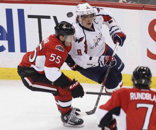 Российские легионеры НХЛ Александр ОВЕЧКИН (в центре) и Сергей ГОНЧАР (слева) постоянно сталкиваются на льду. Фото REUTERS