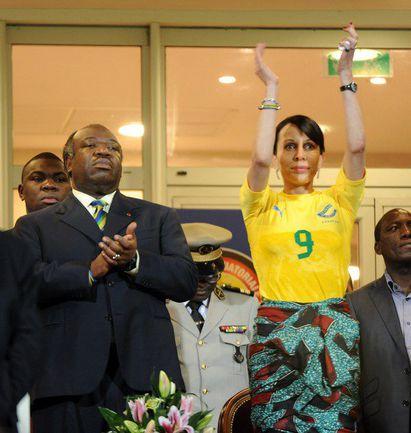 """Вторник. Франсвиль. Габон - Тунис - 1:0. Президент Габона Али БОНГО ОНДИМБА и его супруга Сильвия поддерживают """"Пантер"""" и их лидера Пьерра ОБАМЕЯНГА. Фото AFP"""