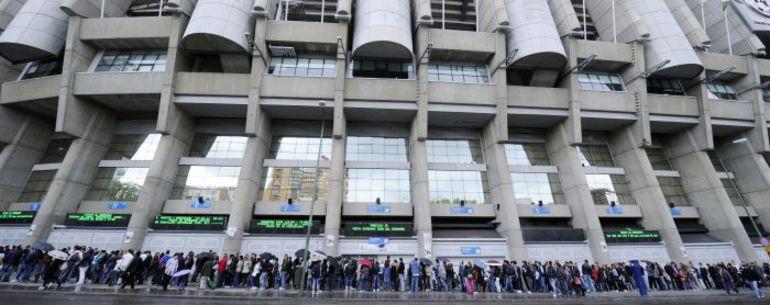 """Музей """"Реала"""" - второй в Мадриде по популярности после знаменитого Прадо. В стоимость билета входит и экскурсия по """"Сантьяго Бернабеу"""". Возле касс - всегда столпотворение. В день игры лучше не приходить: в гостевую раздевалку вас не пустят. Стоящие в очере. Фото AFP"""